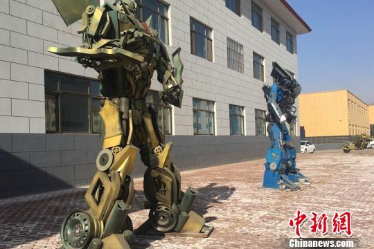图为已经组装好的成品机器人。 张婧 摄