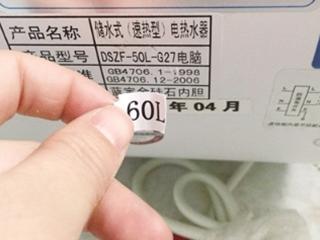 50升热水器机体上竟覆盖60升贴签,谁的错?