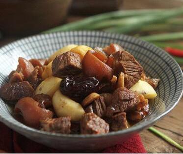 冬季进补食羊肉 美的电磁炉助你焖出软嫩羊肉