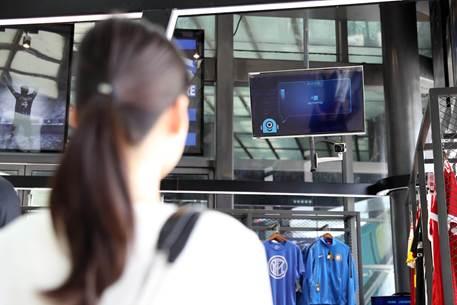 图:苏宁在全球的首家无人店——苏宁体育Biu内,消费者在体验刷脸购物