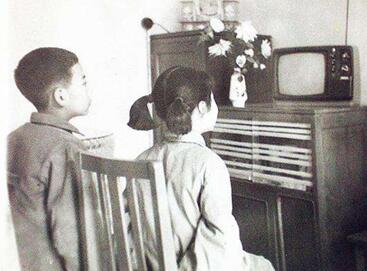 小时候看电视的欢乐时光
