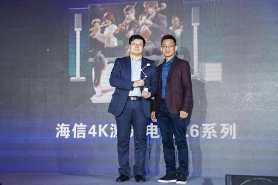 海信激光电视首席科学家 刘显荣(左一)与新浪网营销中心总经理 王学猛(右一)