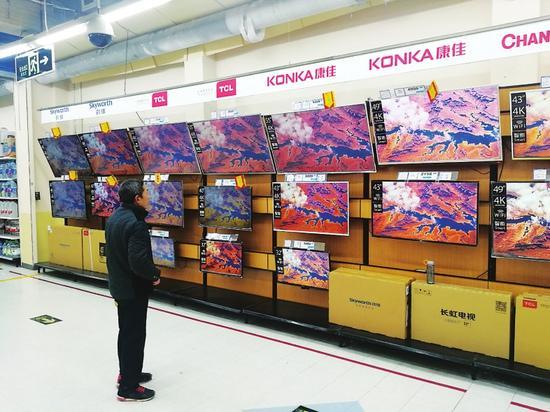 消费者正在选购4k高清智能平板电视。