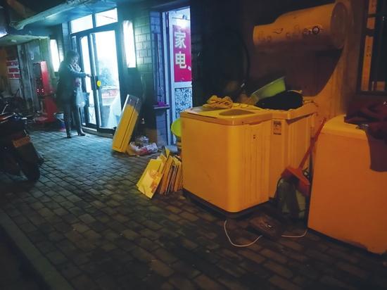 小巷深处的家电回收门面。目前,普通市民家庭的旧家电,大部分进入了这种回收渠道。