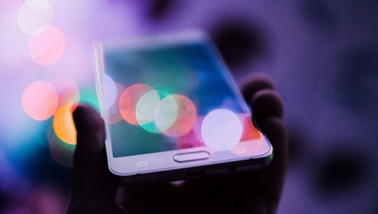 中国智能手机出货量2017年首下滑,年比下降4%