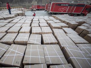 村长刘强东刚给乡亲们送去了500万的年货