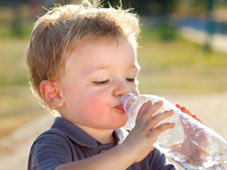 小孩喝水要慎重,高精度过滤净水器不可少