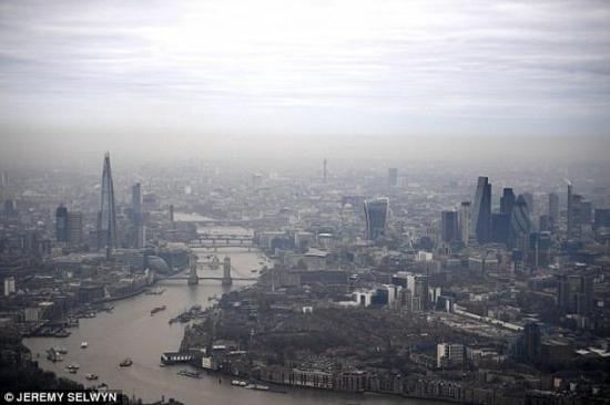 图为伦敦上空的烟雾