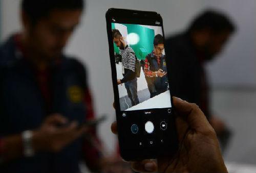 2月14日,小米印度新德里举行新品发布会,红米Note 5成为小米首款在国外率先发布的产品。(法新社)