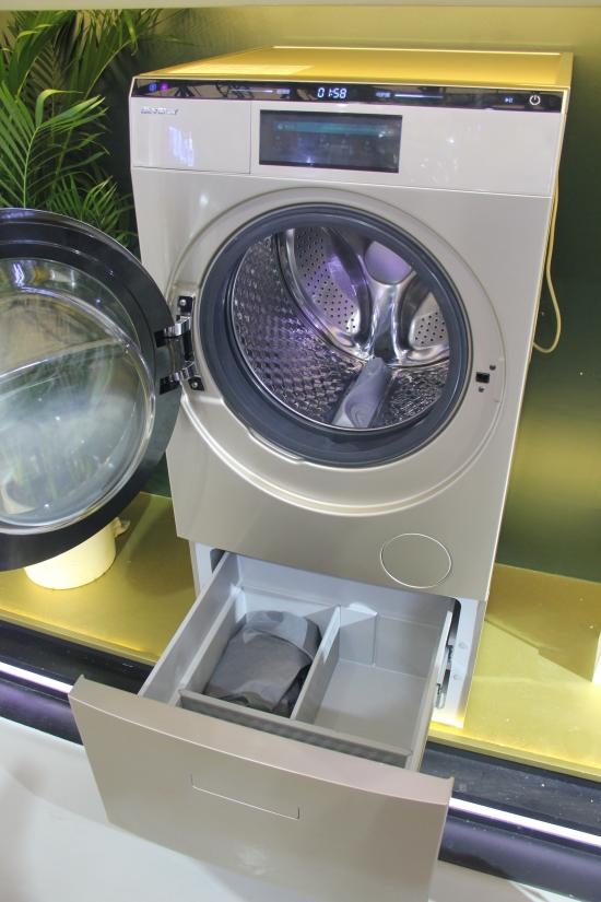 洗衣机采用上滚筒下储物格设计