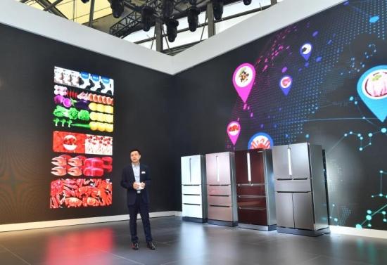博西家用电器中国有限公司冰箱产品事业部市场管理总监冒鹏程先生讲解博世新品冰箱