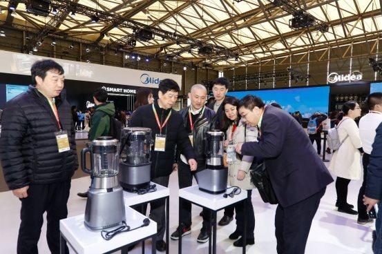 美的生活电器携全线高端产品亮相2018AWE