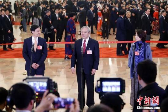 董明珠、雷军在参加集中采访活动 中新社记者 韩海丹 摄