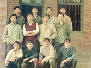 刘强东晒中学时照片 呼吁个税起征点提到1万元