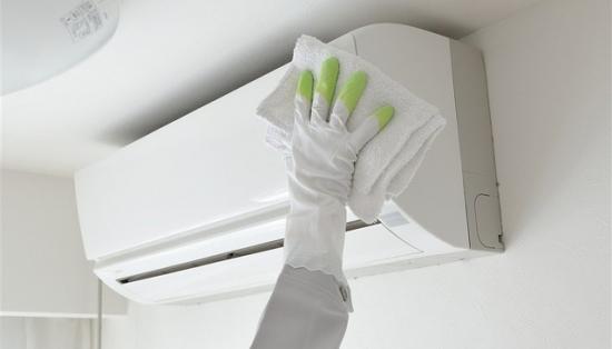 用抹布擦拭空调外壳