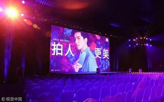 2018年4月25日,小米6x发布会屏幕里的吴亦凡 / 视觉中国