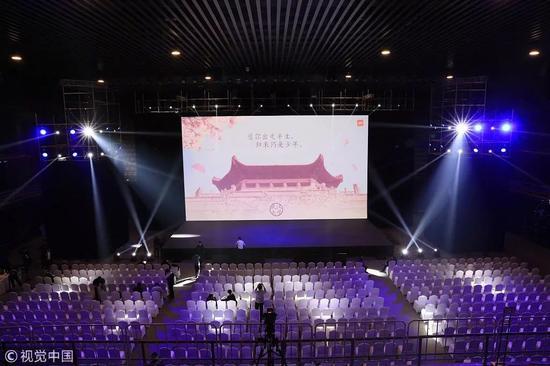 """2018年4月25日,小米6x发布会的屏幕上显示""""愿你出走半生,归来仍是少年"""" / 视觉中国"""