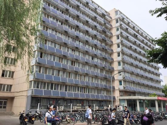 """2018年6月9日,北京交通大学一男生宿舍楼外墙""""爬满""""太阳能板。(来源:视觉中国)"""