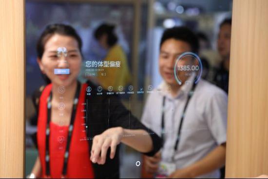 """(图:苏宁新发布的黑科技""""魔镜""""也是布局智慧家居生态的重要产品。)"""