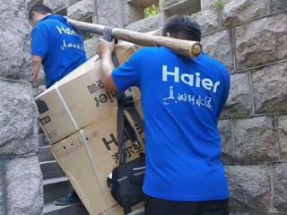 海尔人爬16级折叠梯空中接力装空调