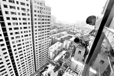 高温下在高空作业是空调安装工的家常便饭供图/视觉中国