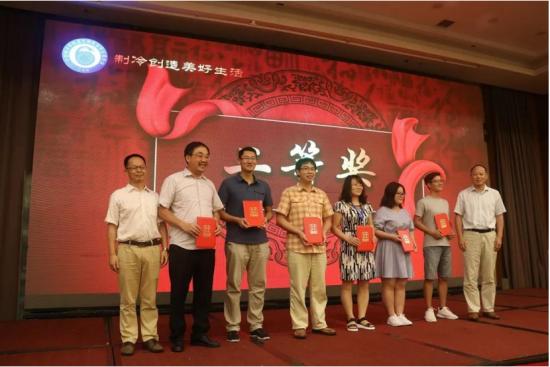 二等奖获得者与颁奖嘉宾合影