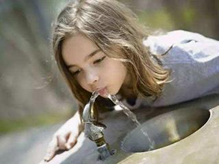 我们到底该喝什么水?哪种净水器更适合家庭饮水?