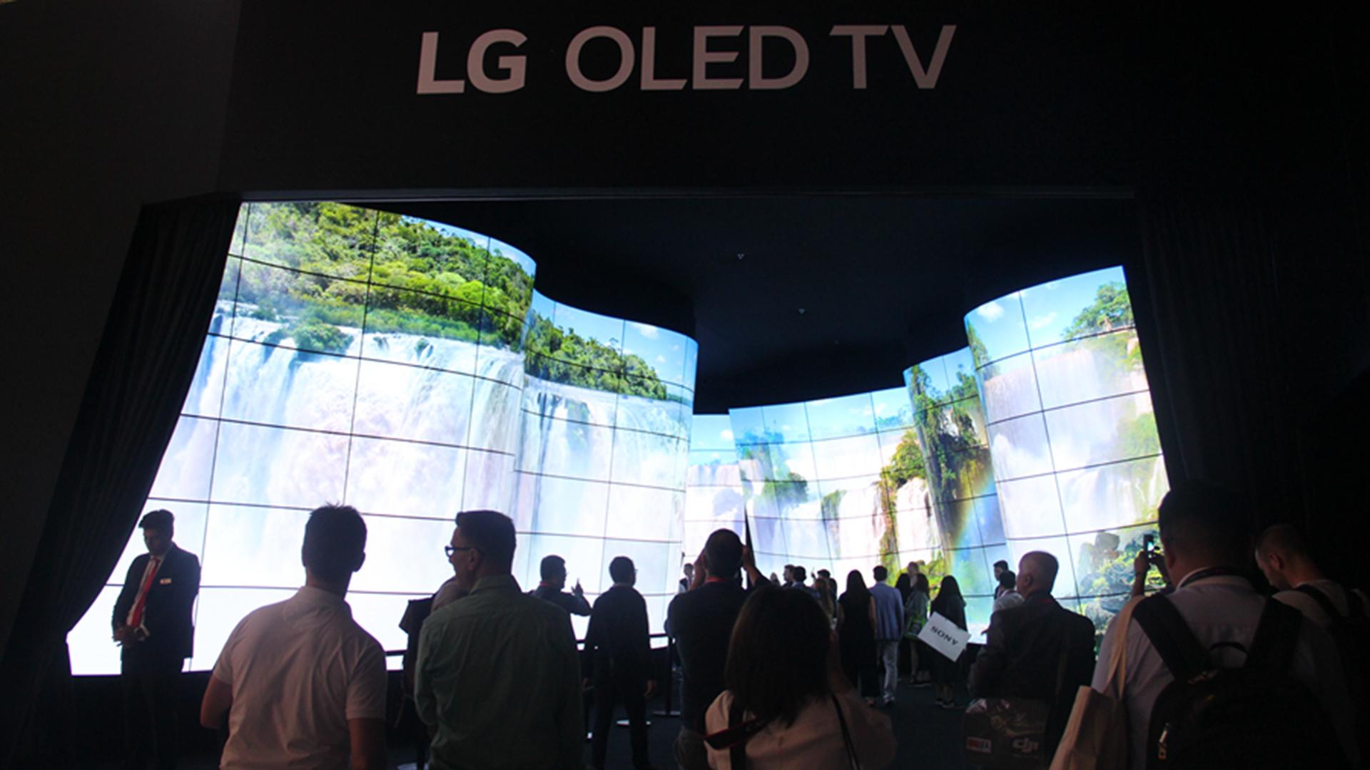 来自LG Digital展区的超大OLED带鱼屏
