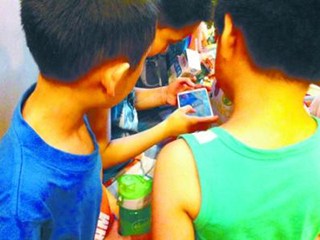 我国未成年人触网呈低龄化 超六成小学生有手机