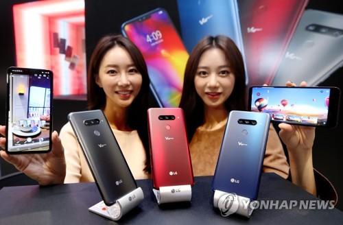 LG电子V40智能手机(图片来自韩联社网站)