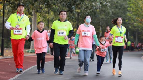 美的冰箱国内营销公司市场部部长陈亚飞牵手特殊儿童爱心接力跑