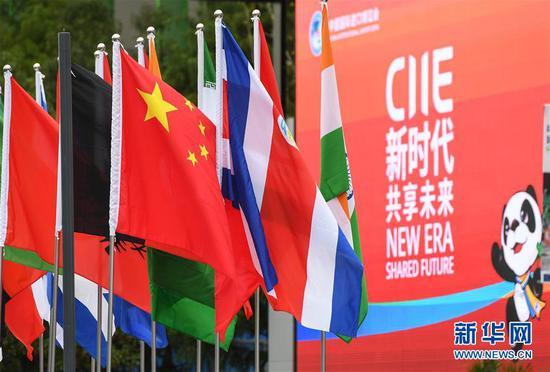 11月5日,在上海国家会展中心入口处,旗帜迎风飘扬。新华社记者 李贺 摄