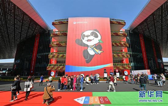 11月10日,人们在首届中国国际进口博览会参观。新华社记者 李鑫 摄