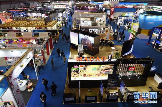 11月10日,参观者在进博会服务贸易展区参观。新华社记者 韩瑜庆 摄