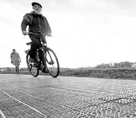 德国首条太阳能自行车道启用