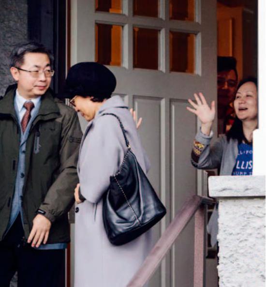 2018年12月12日,加拿大温哥华,孟晚舟 (右 )在住处门口送别访客。图/视觉中国