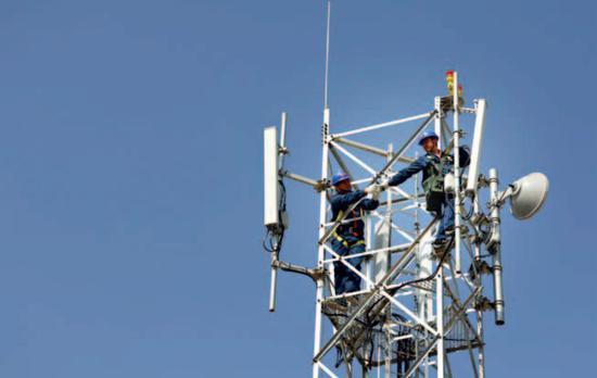 2G 时代,华为是一家无足轻重的公司;3G 时代,华为仍然是一个追赶者;4G 时代,华为实现了大发展;即将到来的 5G 时代,华为已经赢得先发优势。(资料图)