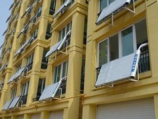 将太阳能热水器装在阳台,不仅省电还省地方!