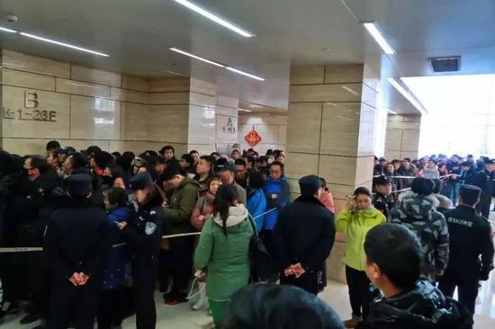 图:ofo排队退押金的人群