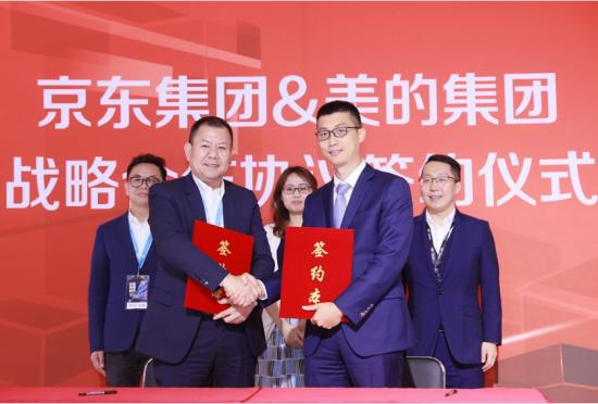 京东集团高级副总裁闫小兵与美的集团中国区域总裁吴海泉签署战略合作协议