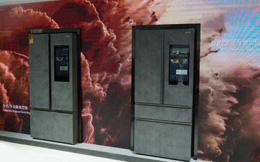 海信冰箱银河智能大屏562(右)与火箭智能大屏602(左)亮相2019AWE