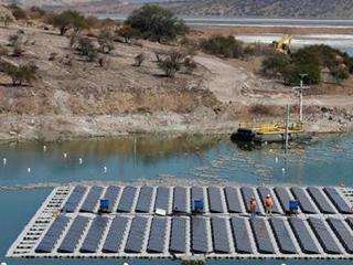 """世界首个太阳能发电""""岛屿""""落成 含256块光伏电池板"""