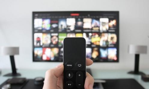 随着手机以及电视机硬件红利触顶 传统的手机厂商以及电视厂商纷纷转舵