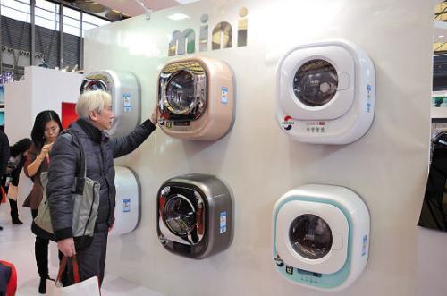 隨著單身經濟的崛起,也出現了一批新涌現出來的新奇特潮牌。以生產壁掛洗衣機知名的小吉電器就是其中一個代表。