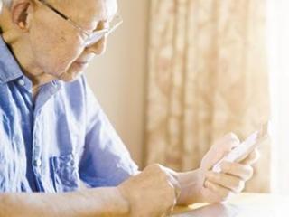 这么多爷爷奶奶 竟没一部合用的智能手机 ?!