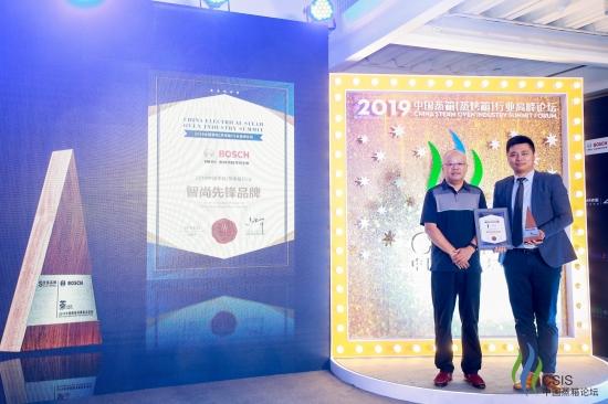 1.博西家电厨具产品事业部产品管理部高级总监赵张宁先生代表博世家电领取获奖证书及奖杯