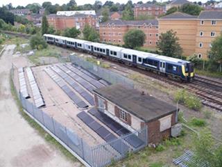 """英国启用首条""""全太阳能供电""""铁路"""