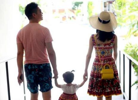 刘强东章泽天带女儿现身瑞士街头 两人有说有笑
