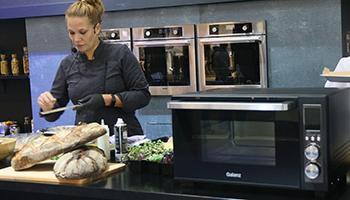 这是一款集微波炉+烤箱+空气炸+热风对流一体机的全新产品