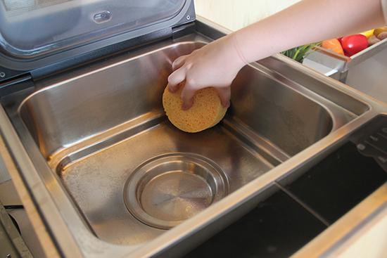 清洁也非常方便,使用完等机器冷却之后用自带的清洁球轻擦即可